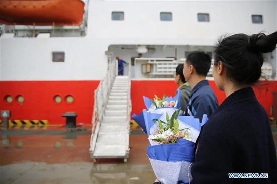 Family members of the staff onboard the research vessel Kexue wait for their disembarkation at a port in the Qingdao West Coast New Area in Qingdao, east China's Shandong Province, Nov. 5, 2018. The research vessel returned to Qingdao on Monday from a 31-day scientific expedition to the West Pacific. (Xinhua/Zhang Jingang)