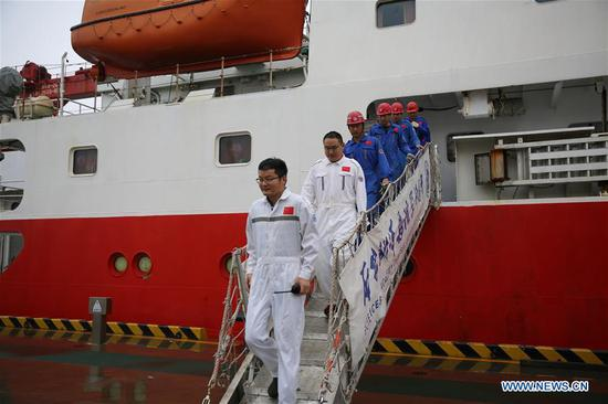 Staff disembark from the research vessel Kexue at a port in the Qingdao West Coast New Area in Qingdao, east China's Shandong Province, Nov. 5, 2018. The research vessel returned to Qingdao on Monday from a 31-day scientific expedition to the West Pacific. (Xinhua/Zhang Jingang)