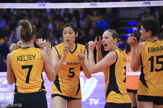 Zhu Ting (2nd, L) of Vakifbank Istanbul talks with teammates during the 2018 FIVB Women's Club World Championship match against Zhejiang on December 4, 2018. /VCG Photo