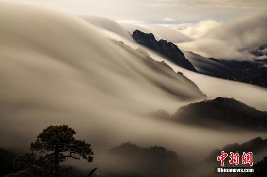 Photo taken on December 5, 2018 shows the sea of clouds at the Huangshan Mountain scenic spot in Huangshan City, east China's Anhui Province. (Photo: China News Service/Ye Yongqing)