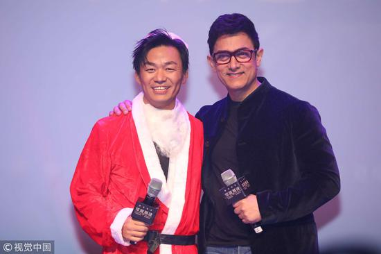 "Indian actor Aamir Khan poses with Chinese actor Wang Baoqiang who dressed in a Santa costume during a promotional event for the film ""Thugs of Hindostan"" in Beijing, December 24, 2018. /VCG Photo"