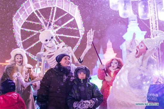 Visitors take photos in front of ice sculptures in Moscow, Russia, on Jan. 3, 2019. Moscow ice festival opened in Victory Park from Dec. 29, 2018 to Jan. 13, 2019. (Xinhua/Bai Xueqi)