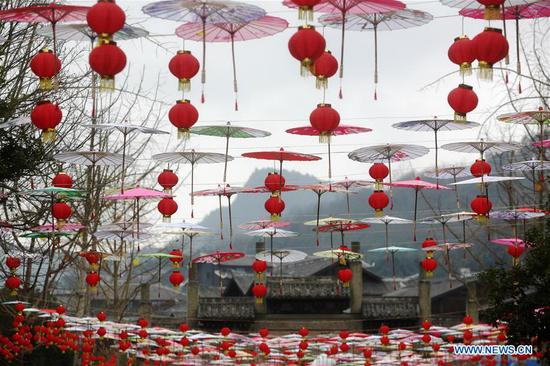 Photo taken on Jan. 6, 2019 shows the festival decorations to greet the upcoming Lunar New Year in Zhuoshui ancient town in Qianjiang District, southwest China's Chongqing. (Xinhua/Yang Min)