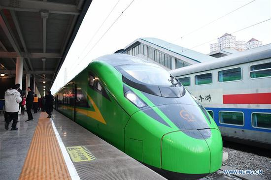 A bullet train is about to depart from Lanzhou, capital of northwest China's Gansu Province, Jan. 8, 2019. The bullet trains with a speed of 160-km-per-hour on Tuesday were put into service on the Lanzhou-Chongqing railway, which connects Lanzhou City with the southwestern metropolis Chongqing. (Xinhua/Chen Bin)