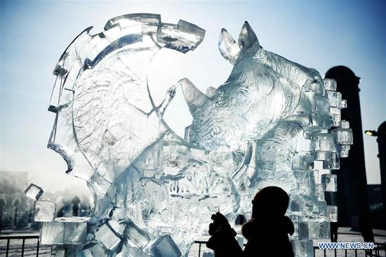 A participant works on an ice sculpture at the 33rd Harbin international ice sculpture contest in Harbin, northeast China's Heilongjiang Province, Jan. 8, 2019. The contest concluded on Tuesday. (Xinhua/Wang Jianwei)