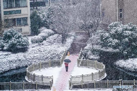 A citizen walks amid snow in Nanjing, capital of east China's Jiangsu Province, Jan. 9, 2019. (Xinhua/Li Bo)