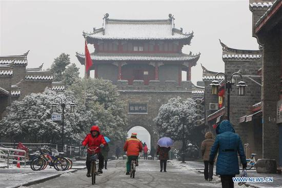 Citizens are seen amid snow in Xiangyang City, central China's Hubei Province, Jan. 9, 2019. (Xinhua/Yang Dong)
