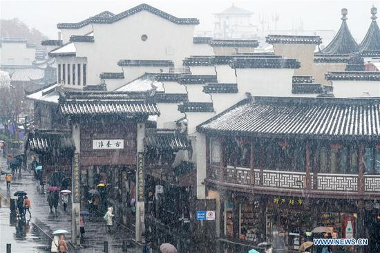People visit the Fuzi (Confucius) Temple scenic area amid snow in Nanjing, capital of east China's Jiangsu Province, Jan. 9, 2019. (Xinhua/Li Bo)