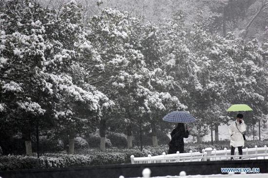 People visit the Yuhuatai scenic spot amid snow in Nanjing, capital of east China's Jiangsu Province, Jan. 9, 2019. (Xinhua/Sun Zhongnan)