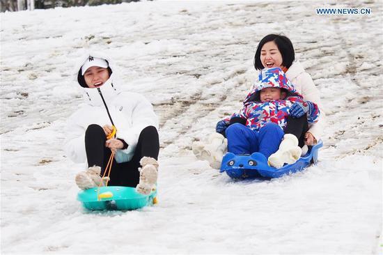 Tourists ski at a scenic area in Zhenjiang, east China's Jiangsu Province, Feb. 8, 2019. (Xinhua/Feng Jiangjiang)