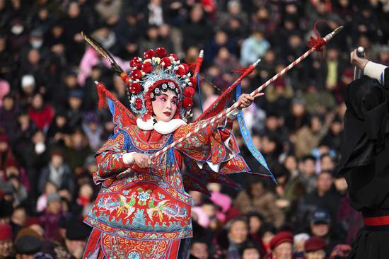 An actor performs Bangju opera at Weiwu plaza in Bozhou, east China's Anhui Province, Feb. 11, 2019. The opera performance activity will last untill Feb. 20. (Xinhua/Liu Qinli)