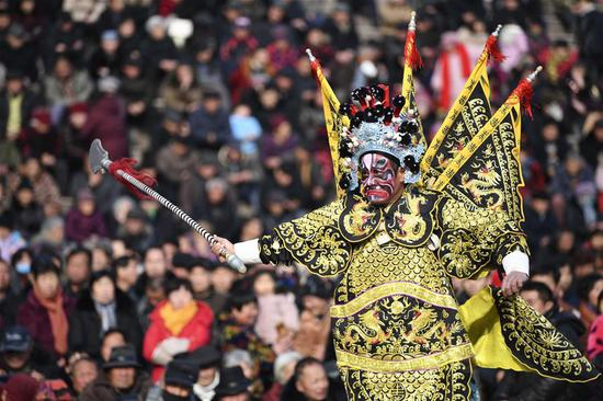 An actor performs Bangju opera at Weiwu plaza in Bozhou, east China's Anhui Province, Feb. 11, 2019. The opera performance activity will last untill Feb. 20. (Xinhua/Liu Qinli)