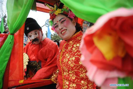 Performers present folk dance during a temple fair in Yantai City, east China's Shandong Province, Feb. 13, 2019. (Xinhua/Shen Jizhong)
