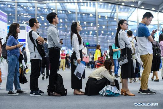 Job seekers queue to consult information at a job fair during the 17th Conference on International Exchange of Professionals (CIEP) in Shenzhen, south China's Guangdong Province on April 14, 2019. The conference kicked off in Shenzhen on Sunday, attracting about 4,000 agencies and organizations from more than 50 countries and regions, as well as 40,000 government representatives, experts and high talented people from home and abroad. (Xinhua/Mao Siqian)