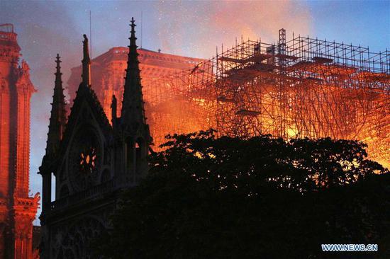 """巴黎圣母院大教堂发生""""可怕""""火灾 2"""