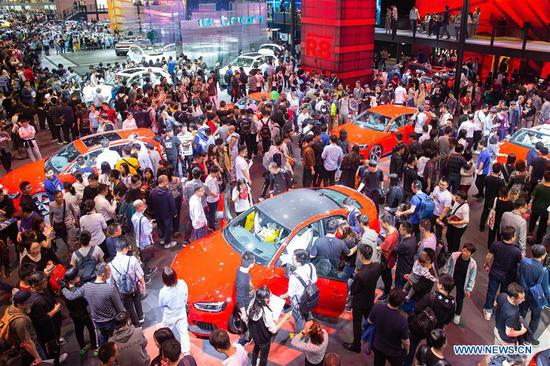 People visit the 18th Shanghai International Automobile Industry Exhibition in Shanghai, east China, April 20, 2019. (Xinhua/Su Yang)