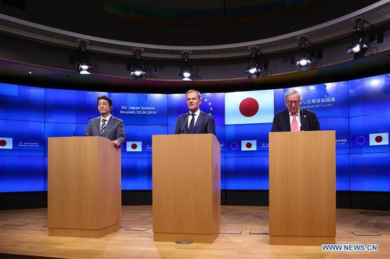 European Commission President Jean-Claude Juncker (R), European Council President Donald Tusk (C) and Japanese Prime Minister Shinzo Abe attend a press conference during the EU-Japan Summit in Brussels, Belgium, April 25, 2019. The 26th Summit between the EU and Japan took place in Brussels on Thursday afternoon, with European Commission President Jean-Claude Juncker and European Council President Donald Tusk meeting with Japanese Prime Minister Shinzo Abe. (Xinhua/Zhang Cheng)