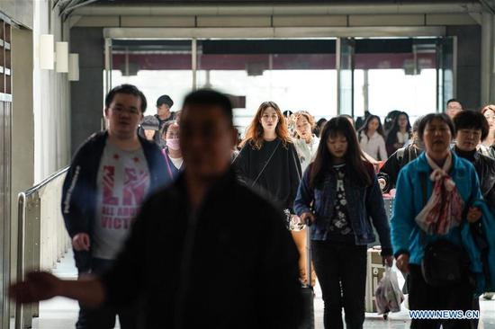 Passengers walk to take trains at Nanjing Railway Station in Nanjing, capital of east China's Jiangsu Province, April 30, 2019. Railway stations witness a travel rush as the May Day holiday is on hand. (Xinhua/Li Bo)