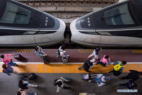 Passengers walk to take trains at Nanjing Railway Station in east China's Jiangsu Province, April 30, 2019. Railway stations witness a travel rush as the May Day holiday is on hand. (Xinhua/Su Yang)