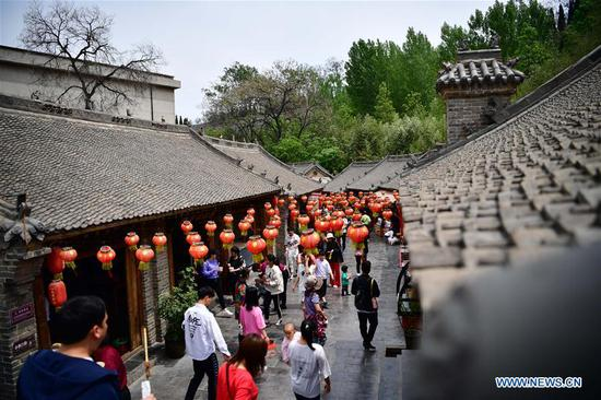 Tourists visit the Changshou Mountain scenic spot in Zhulin Township of Gongyi, central China's Henan Province, May 3, 2019. In recent years, Zhulin Township has been committed to developing tourism industry, as a way to boost people's income. (Xinhua/Feng Dapeng)
