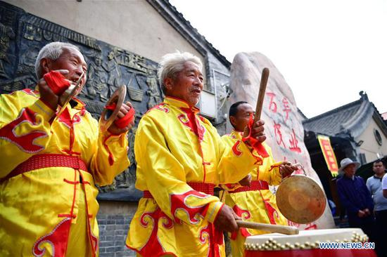 Artists perform in the Changshou Mountain scenic spot in Zhulin Township of Gongyi, central China's Henan Province, May 3, 2019. In recent years, Zhulin Township has been committed to developing tourism industry, as a way to boost people's income. (Xinhua/Feng Dapeng)