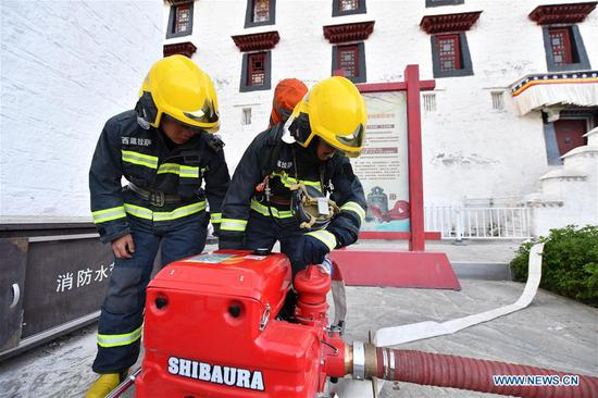 Firefighters conduct an emergency drill at the Potala Palace in Lhasa, southwest China's Tibet Autonomous Region, May 7, 2019. (Xinhua/Li Xin)