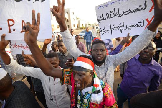 Sudanese protesters chant slogans and wave placards during a demonstration in Khartoum on May 14, 2019. [Photo: AFP/Mohamed El-Shahed]
