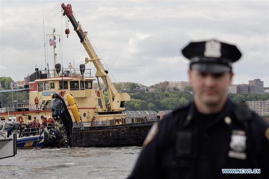 直升机在纽约撞上哈德逊河,飞行员获救。