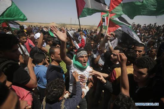 Palestinian protesters clash with Israeli troops on the Gaza-Israel border, east of southern Gaza Strip city of Khan Younis, May 15, 2019. At least 65 Palestinians were injured on Wednesday during clashes with Israeli soldiers stationed on the border between eastern Gaza Strip and Israel, medics said. (Xinhua/Khaled Omar)