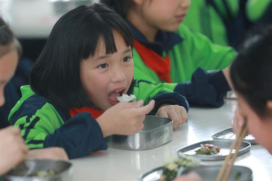 Students have lunch at No.11 Primary School of Tongren City in southwest China's Guizhou Province, May 21, 2019. Tongren City has established a monitoring system applying new technologies of big data to trace food from farming to dining table, an effort to guarantee food safety for students. (Xinhua/Ou Dongqu)