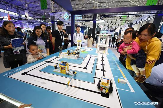 Visitors are seen during China International Big Data Industry Expo 2019 in Guiyang, southwest China's Guizhou Province, May 26, 2019. The expo on big data opened Sunday in Guizhou Province, focusing on the latest innovation of the technology and its applications. The four-day expo will be attended by 448 enterprises from 59 countries and regions, according to the organizing committee. (Xinhua/Yang Wenbin)