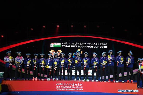 Team China pose on the podium during the awarding ceremony of Sudirman Cup 2019 in Nanning, capital of south China's Guangxi Zhuang Autonomous Region, May 26, 2019. (Xinhua/Li Jundong)