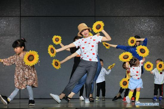 Children and their parents rehearse for Children's Day performance at a kindergarten in Zhangjiajie City, central China's Hunan Province, May 27, 2019. (Xinhua/Wu Yongbing)