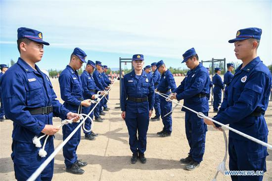 Newly-recruited firemen learn to tie knots during a training in Hohhot, north China's Inner Mongolia Autonomous Region, June 5, 2019. Over 1,100 socially-recruited firemen are receiving a six-month training in Hohhot. (Xinhua/Peng Yuan)