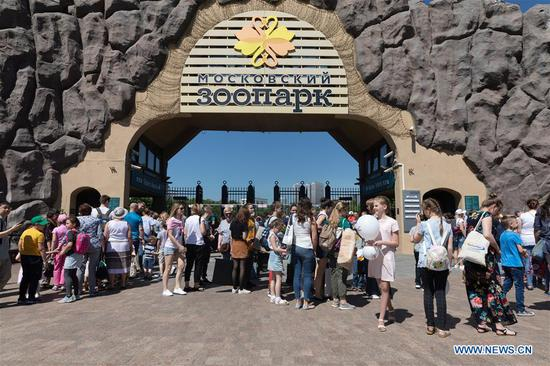 Photo taken on June 4, 2019 shows people lining up to visit Moscow Zoo in Moscow, Russia. Two giant pandas, three-year-old male Ru Yi and two-year-old female Ding Ding, arrived in Moscow in late April from China's southwestern province of Sichuan. They were formally handed over to Russia for a 15-year joint research program on Wednesday at an opening ceremony for the panda house in Moscow Zoo. (Xinhua/Bai Xueqi)