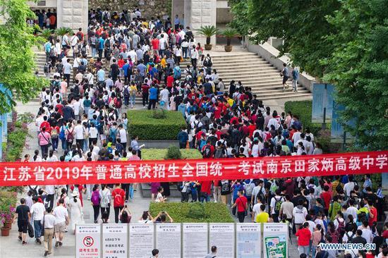 Examinees enter the exam venue at Tianjiabing Senior High School in Nanjing, east China's Jiangsu Province, June 7, 2019. China's national college entrance examination, or Gaokao, started Friday this year. (Xinhua/Su Yang)