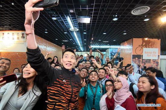 Malaysia's badminton player Lee Chong Wei (C) takes a selfie after a news conference to announce his retirement in Putrajaya, Malaysia, June 13, 2019. (Xinhua/Chong Voon Chung)