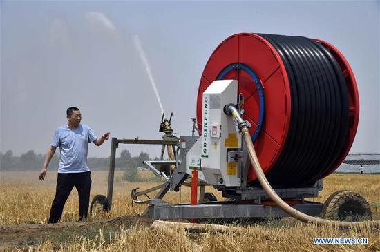 A staff member irrigates fields using energy-saving irrigation machinery in Wucheng County, east China's Shandong Province, June 27, 2019. Severe drought is affecting east China's Shandong Province. The latest statistics showed that the drought had inflicted damage on about 17.838 million mu (1.19 million hectares) of crops, which accounted for 21.9 percent of the whole crop area in fields. Shandong authorities have launched an emergency response against the drought. (Xinhua/Guo Xulei)