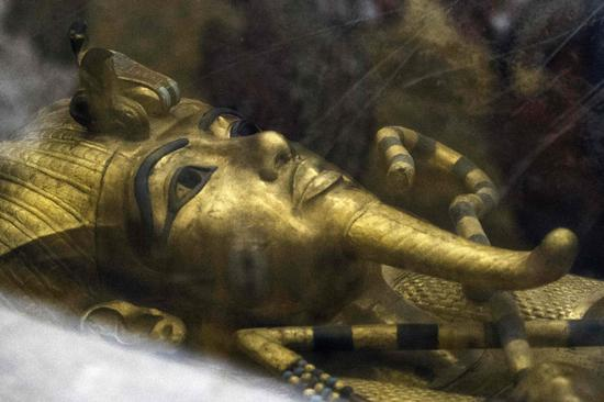 Photo taken on September 28, 2015 shows a detail of the golden sarcophagus of King Tutankhamun in his burial chamber in the Valley of the Kings, close to Luxor, 500 kms south of Cairo. [File photo: VCG]