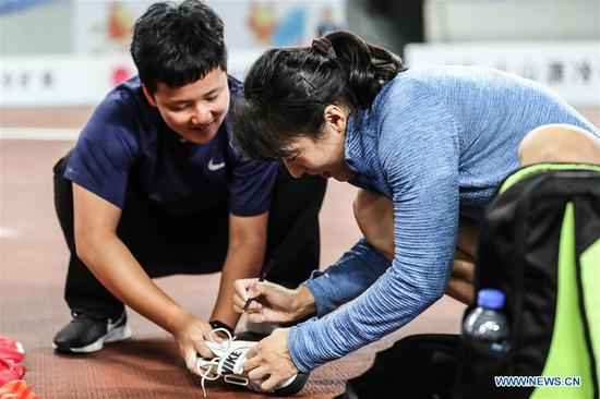 Lyu Huihui signs for her supporter after the women's javelin throw final at the 2019 China's National Athletics Tournament in Shenyang, northeast China's Liaoning Province, July 11, 2019. Lyu Huihui claimed the title with a new Asian record of 67.83 meters. (Xinhua/Pan Yulong)
