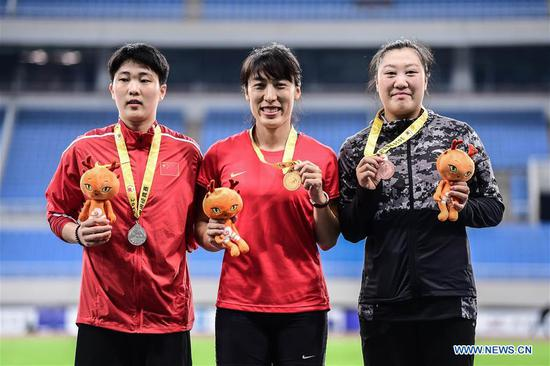 Lyu Huihui (C) poses with the gold medal during the awarding ceremony after the women's javelin throw final at the 2019 China's National Athletics Tournament in Shenyang, northeast China's Liaoning Province, July 11, 2019. Lyu Huihui claimed the title with a new Asian record of 67.83 meters. (Xinhua/Pan Yulong)
