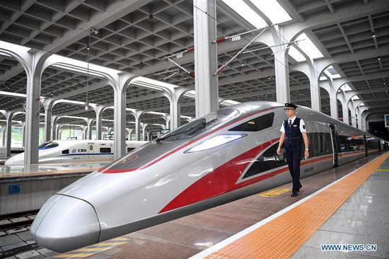 The bullet train G319 departed Chongqing West Railway Station at 8:20 a.m. and will arrive at Hong Kong West Kowloon Station around 7.5 hours later. A second-class seat for the 7.5-hour ride costs 660 yuan (about 96 U.S. dollars). (Xinhua/Tang Yi)