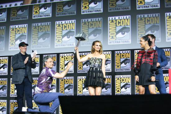 Natalie Portman proves she is the new Thor by lifting Thor's hammer during the Marvel Comic Universe Panel on Day 3 of Comic Con 50 in San Diego, CA, July 20, 2019. Pictured: Natalie Portman,Tessa Thompson,Taika Waititi,Chris Hemsworth. [Photo: IC]