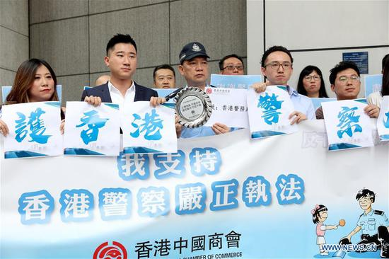 Members of Hong Kong China Chamber of Commerce express support for the Hong Kong police to strictly enforce the law at the Hong Kong Police Headquarters in Hong Kong, south China, Aug. 14, 2019. (Xinhua/Wu Xiaochu)
