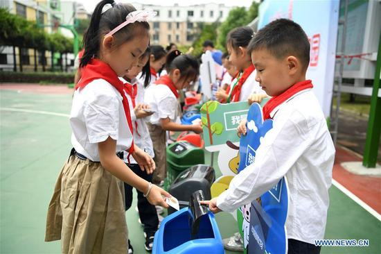 Primary school students learn garbage sorting in Hefei, east China's Anhui Province, Sept. 2, 2019. An event was held on Monday at the school to raise children's awareness of garbage sorting and resource conservation. (Xinhua/Liu Junxi)