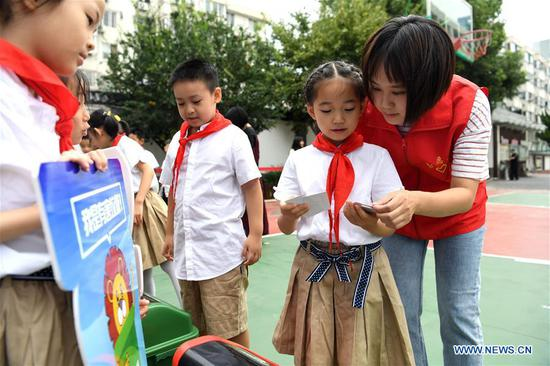 Primary school students learn garbage sorting in Hefei, east China's Anhui Province, Sept. 2, 2019. An event was held on Monday at the school to children's awareness of garbage sorting and resource conservation. (Xinhua/Liu Junxi)