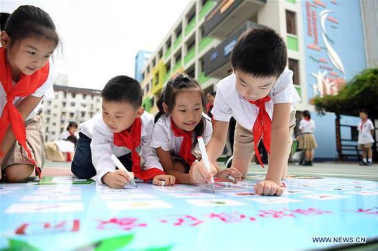 Primary school students participate in a game of garbage sorting in Hefei, east China's Anhui Province, Sept. 2, 2019. An event was held on Monday at the school to raise children's awareness of garbage sorting and resource conservation. (Xinhua/Liu Junxi)