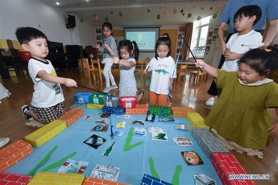 Children play fun games to learn the importance of garbage sorting at a kindergarten in Huzhou, east China's Zhejiang Province, Sept. 4, 2019. Teachers of the kindergarten have organized various activities such as screening educational animations and playing fun games to help students learn the importance of garbage sorting as the new semester began. (Xinhua/Xu Yu)
