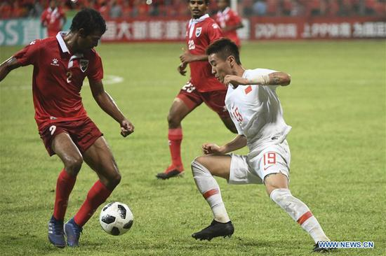 Wei Shihao (R) of China vies with Ali Samooh (L) of Maldives during the match between China and Maldives at the 2022 FIFA World Cup Asian second round qualification tournament in Male, capital of Maldives, Sept. 10, 2019. (Xinhua/Wang Shen)