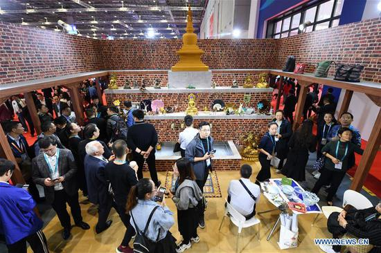 People visit the Nepal pavilion during the second China International Import Expo (CIIE) in Shanghai, east China, Nov. 6, 2019. (Xinhua/Fan Peishen)